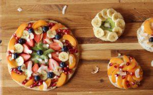 Glutenfri frugtpizza. Sjov med ungerne i køkkenet. Ide og inspiration til børnefødselsdag. Frugtpizza i madpakken.