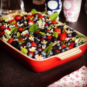Nem og lækker glutenfri, laktosefri sommerkage med bær