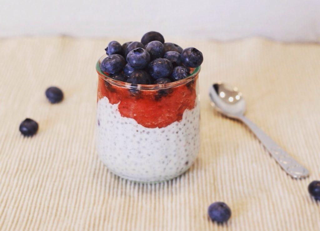 Nem chiagrød med kokosmælk, blåbær, citron og ingefær. Sund og mættende morgenmad. Glutenfri, low fodmap, mælkefri og laktosefri.
