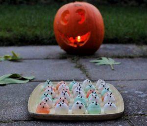 Halloween spøgelser - gys eller guf, glutenfri halloween guf, hjemmelavet, marengs med mint, low fodmap, slik, glutenfri, halloween marengsspøgelser