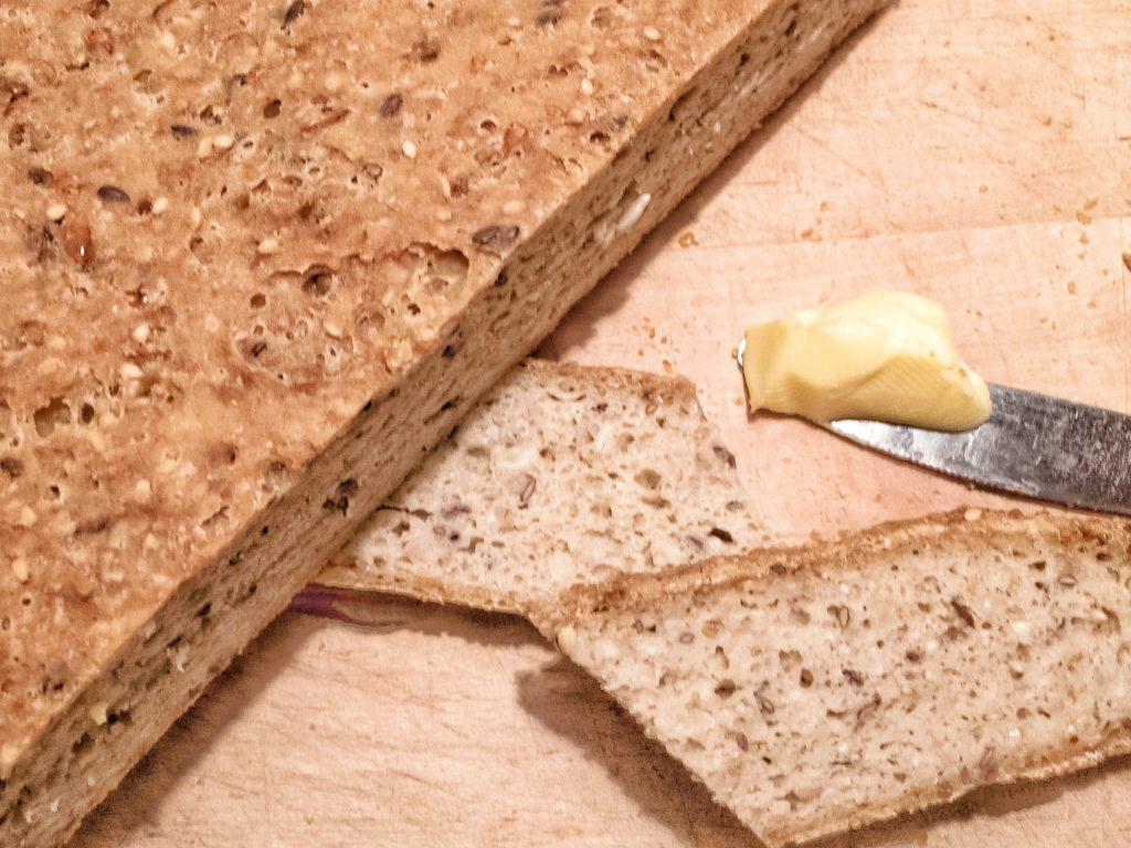 glutenfri brød med surdej og masser af kerner, glutenfri kernebrød, glutenfri surdejsbrød, glutenfri grovbrød