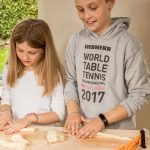 to børn bager sunde glutenfri pizzasnegle på glutenfri bagekursus for børn