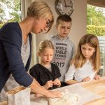 Karina Baagø bager sunde glutenfri pizzasnegle på det glutenfri bagekursus for børn